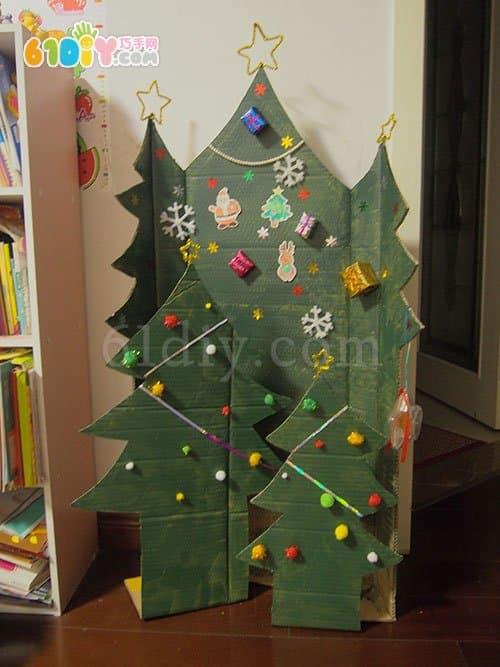 用废纸板制作大圣诞树
