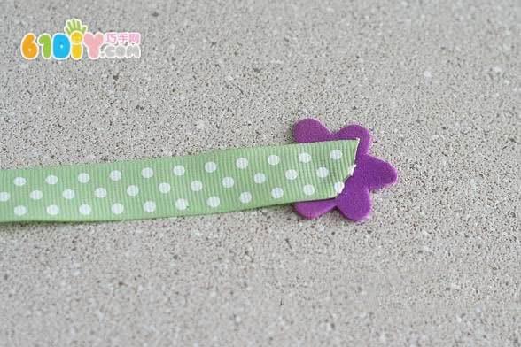 剪一段丝带,粘贴海绵纸花朵