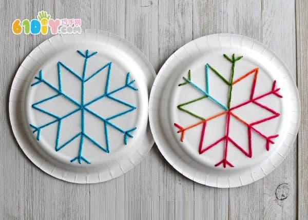 儿童利用纸盘制作雪花